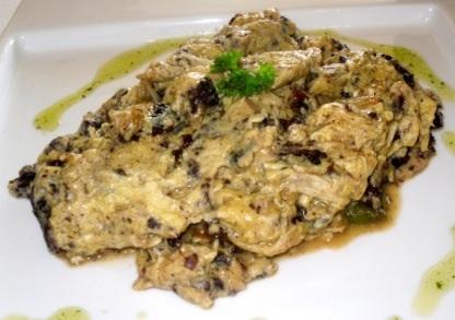 Яичница с зеленым чесноком и черная колбаса