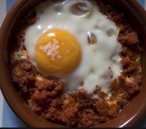Печёные яйца c собрасадам (как в Мальорке);