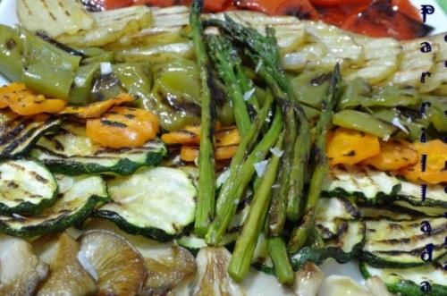 Ассорти из овощей с соусом из ромеско;